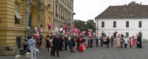 Esküvői léggömb felengedés a Fő téren